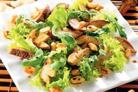 Салат с руколой и белыми грибами